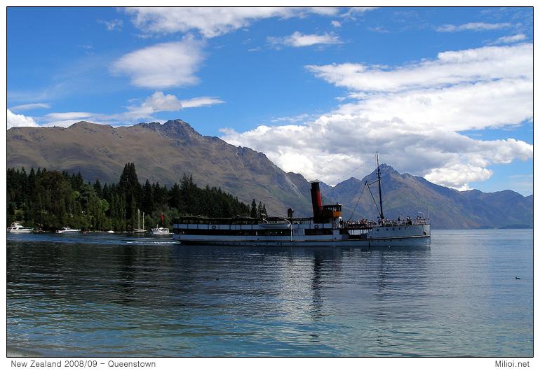 Loď na jezeře Wakatipu